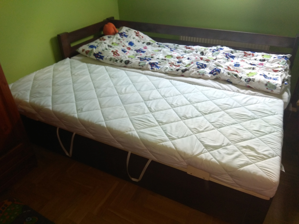 160x200 vagy 180x200 méretű egyedi tömörfa ágykeret leesésgtlós,vendégágyas, ágyneműtartós